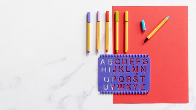 Scrivania copia spazio con pennarelli colorati