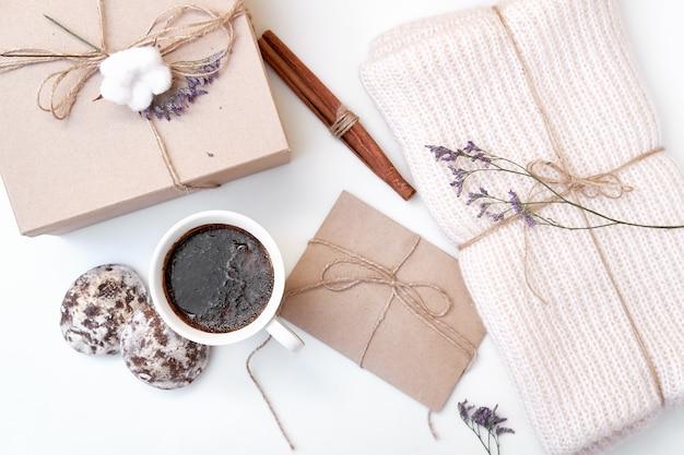 Scrivania da donna vintage con accessori fatti a mano