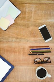 Scrivania da lavoro con matita smartphone e colori