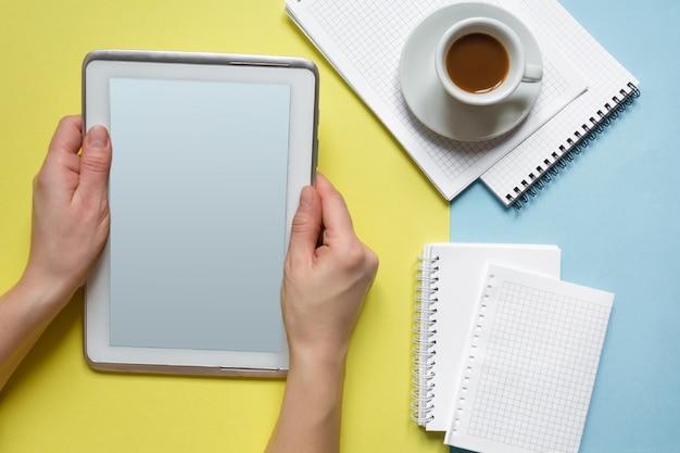 Scrivania da tavolo con piano e vista dall'alto. area di lavoro con bordo di clip in bianco, tastiera, forniture per ufficio, matita