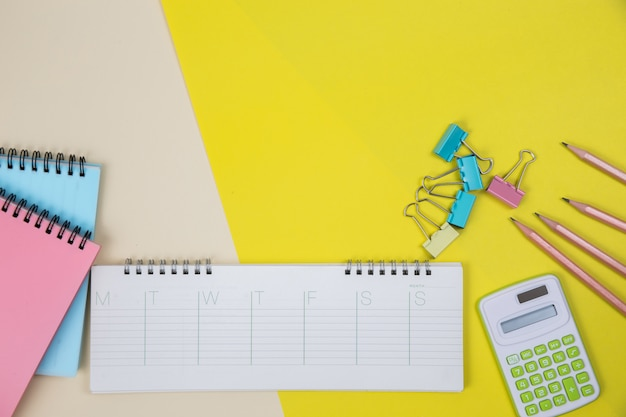 Scrivania da tavolo con piano e vista dall'alto. sfondo dell'area di lavoro
