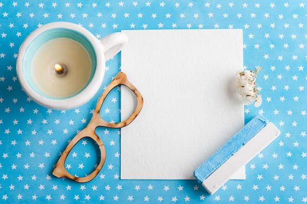Scrivania da tavolo con stelle bianche blu con blocco note vuoto
