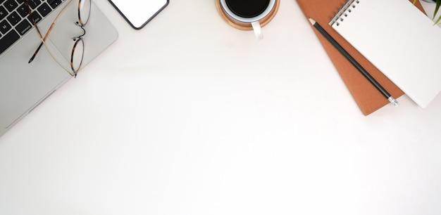 Scrivania da ufficio bianca, computer portatile, accessorio da ufficio e spazio per copiare