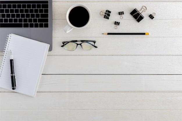 Scrivania da ufficio in legno, vista dall'alto, laica