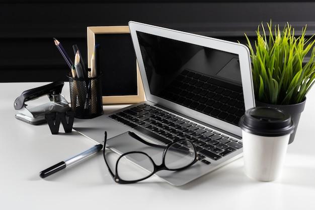 Scrivania da ufficio in pelle con computer, forniture