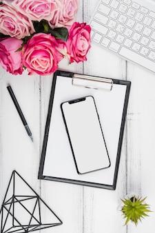 Scrivania da ufficio piatta con fiori