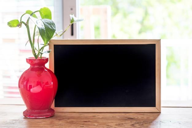 Scrivania di spazio libero con pianta verde e finestra di primavera