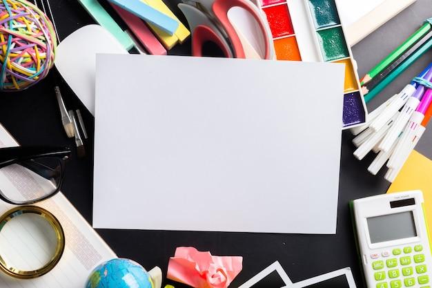 Scrivania di un artista con un sacco di oggetti di cancelleria