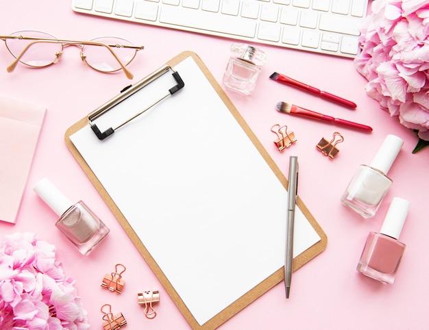 Scrivania femminile da casa