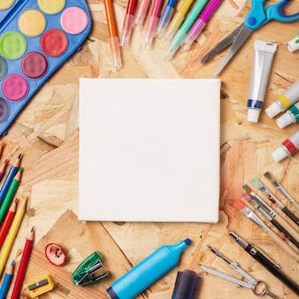 Scrivania in legno colorato con articoli di cancelleria