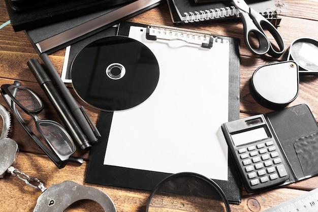 Scrivania in legno con strumenti da ufficio