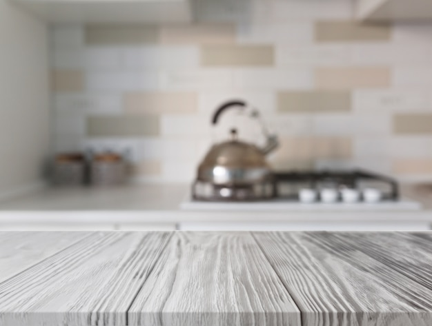 Scrivania in legno davanti al bancone della cucina con gas
