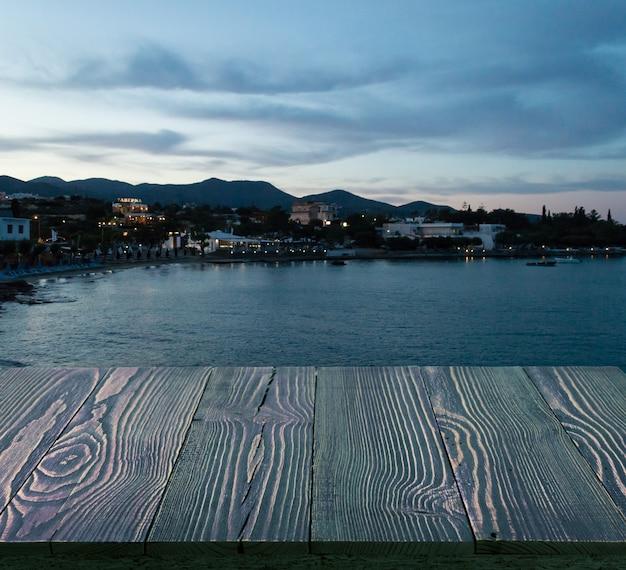 Scrivania in legno e vista mare