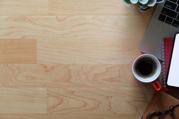 Scrivania in legno per ufficio con computer portatile, forniture e copia spazio