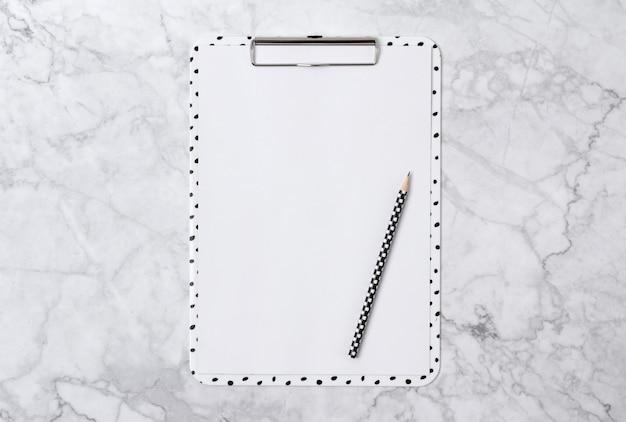 Scrivania in marmo per ufficio con appunti e pensil