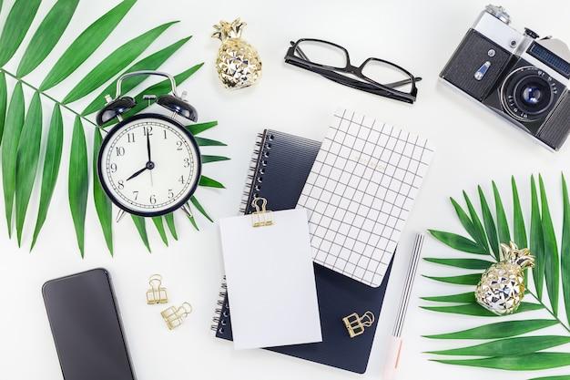 Scrivania in stile design con area di lavoro