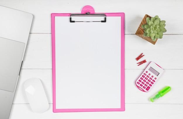 Scrivania minimalista con mockup di appunti
