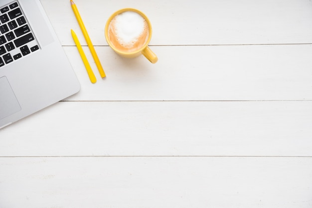 Scrivania minimalista con spazio di copia