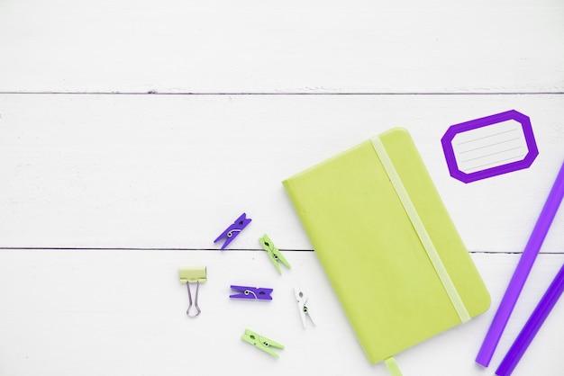 Scrivania minimalista con taccuino e materiali di consumo