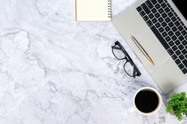 Scrivania moderna area di lavoro con computer portatile