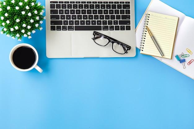 Scrivania moderna posto di lavoro con computer portatile.