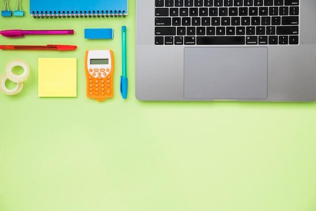Scrivania ordinata con laptop e copia spazio