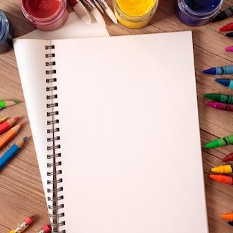 Scrivania per studenti con materiale scolastico