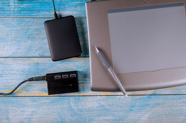 Scrivania professionale per graphic designer con area di lavoro per ufficio professionale con hdd esterno