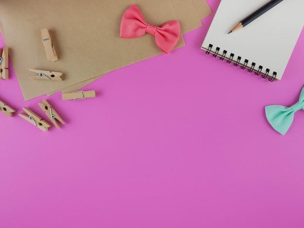 Scrivania rosa con strumenti artigianali e copia spazio