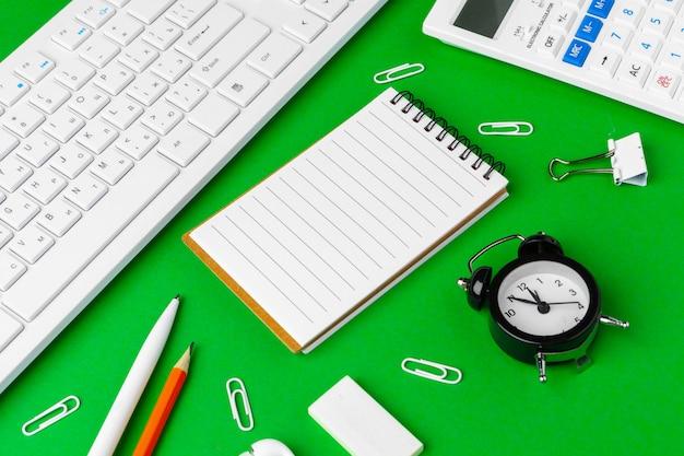Scrivania verde con elementi decorativi bianchi, spazio della copia