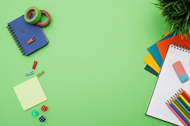 Scrivania verde con elementi decorativi, vista dall'alto, copypace