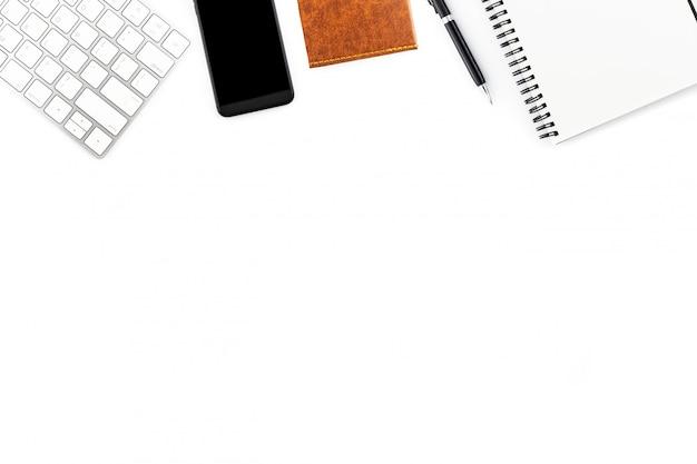 Scrivania vista dall'alto con computer e forniture per ufficio