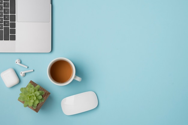 Scrivania vista dall'alto con laptop e cuffie