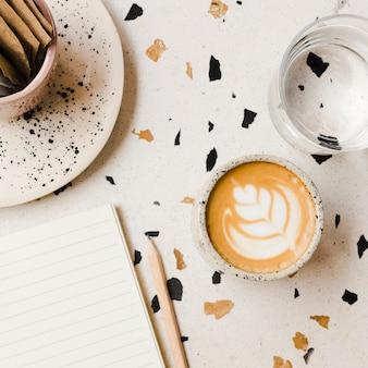 Scrivania vista dall'alto con una tazza di caffè
