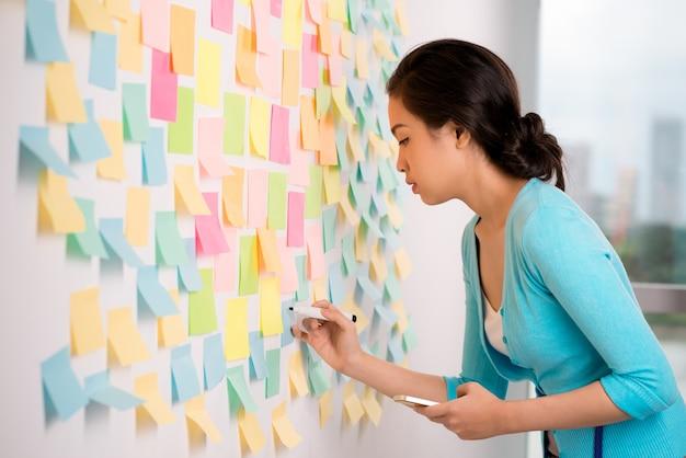 Scrivere idee sugli adesivi dei memo