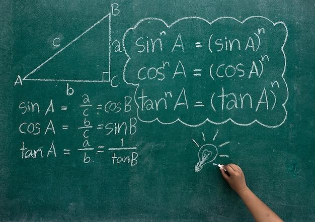 Scrivere le formule matematiche su una lavagna