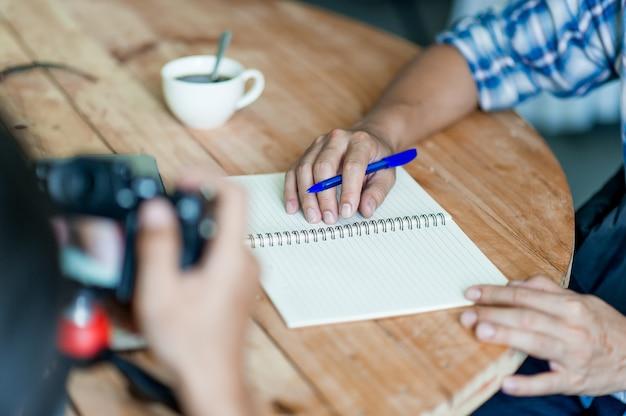 Scrivere su carta al lavoro sul tavolo al mattino, idee di business. c'è spazio per copiare.