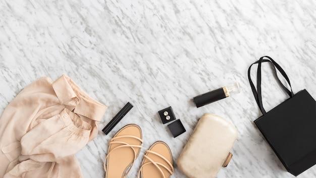 Scrivere un concetto di blog. accessori donna su sfondo grigio bianco. moda e bellezza laici piatti.