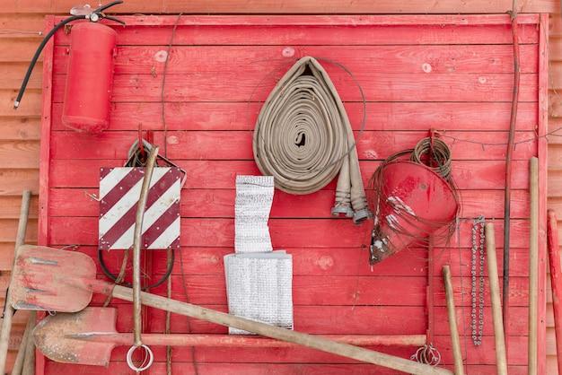 Scudo antincendio con strumenti antincendio