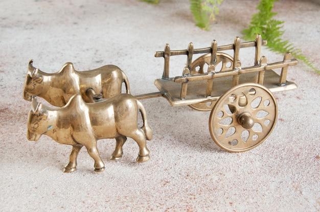 Scultura di bue e carretto in bronzo antico