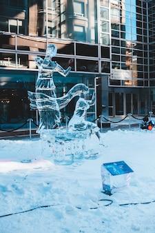 Scultura di ghiaccio all'esterno dell'edificio