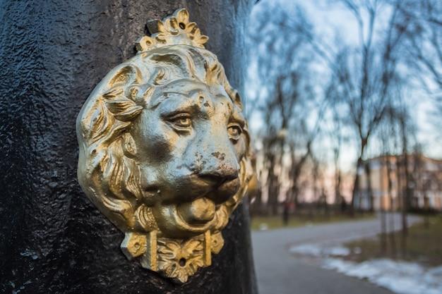Scultura di leone nel parco della città