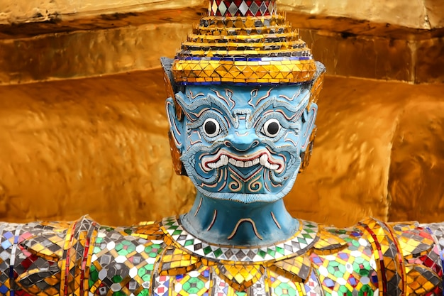 Scultura dorata di garuda a royal palace, bangkok, tailandia