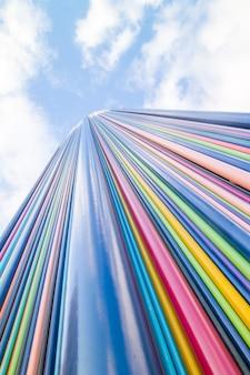 Scultura oggetto d'arte le moretti nel cielo blu nel distretto di la defense, il più grande distric degli affari in europa