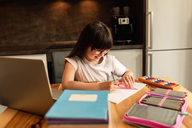 Scuola a casa. apprendimento online. studentessa fa i compiti a casa. homeschooling. educazione a distanza