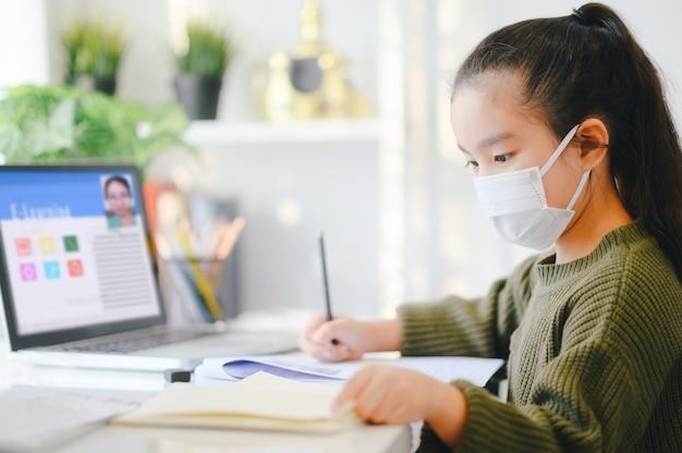 Scuola di casa in quarantena. istruzione domestica per evitare la malattia da virus, concetto di istruzione online