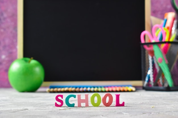 Scuola di lettere in lettere colorate e materiale scolastico