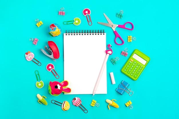 Scuola e articoli per ufficio concetto di nuovo a scuola vista dall'alto