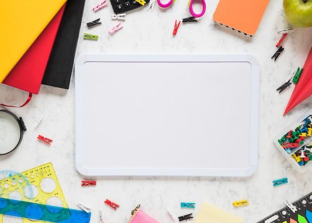 Scuola e articoli per ufficio su fondo bianco