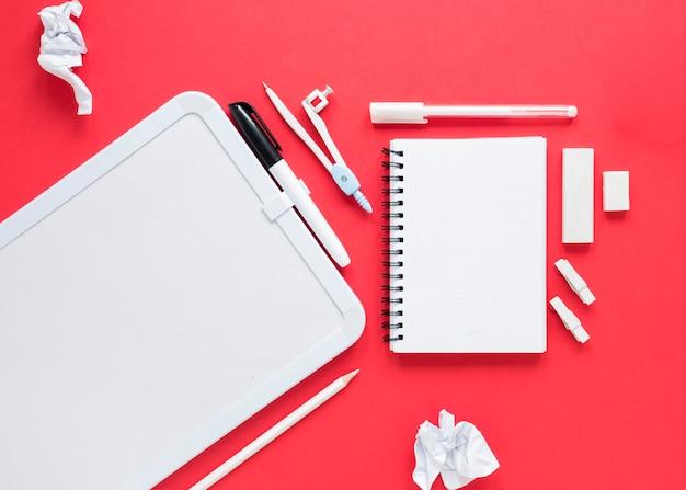 Scuola e articoli per ufficio su fondo rosso